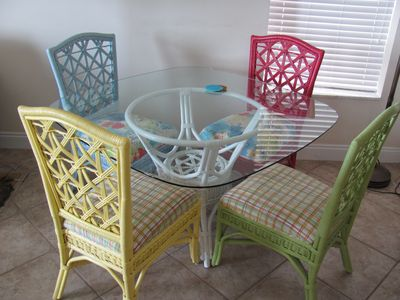 Quaint & festive dining table to help get you in the tropical mood