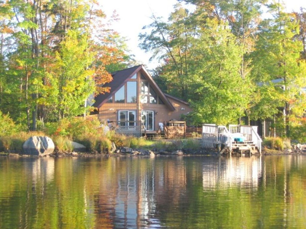 Lakefront chalet near camelback ski area vrbo for Lake cabin rentals pennsylvania