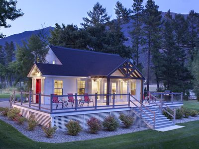 Premier Lake House just 22 min. to Glacier Park. Fabulous Lake & Mtn Views.
