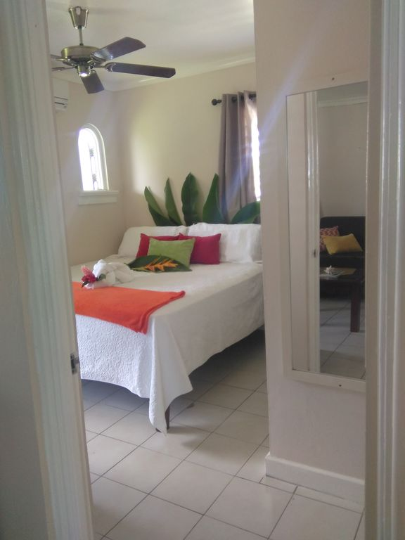 Starfish Paradise, King bed, Ocean view, on seven mile beach, Wifi,