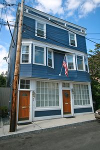 Historic Hill Townhouse, walking distance to everything Newport has to offer
