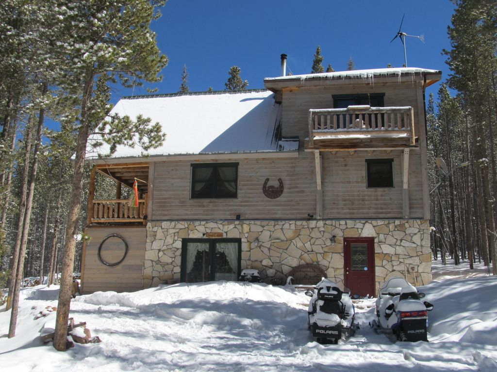 Remote and private mountain log home getaway 3 br for Mountain cabin rentals colorado