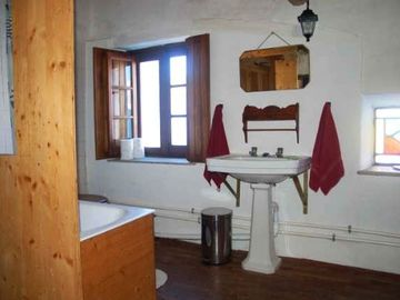 White Stables, en suite bathroom to Quarto #7