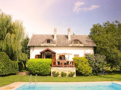 Vacation house with pool and  anormous garden (cca. 8000m2), amids the wineyards