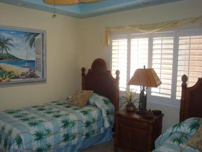 Kahaluu condo rental - 2nd Bedroom - The maid can push beds together & can be made into a King.