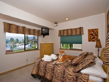 The downstairs Tiger room has a queen sized bed overlooking the lagoons.