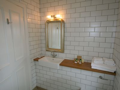 Ensuite bathroom - upstairs