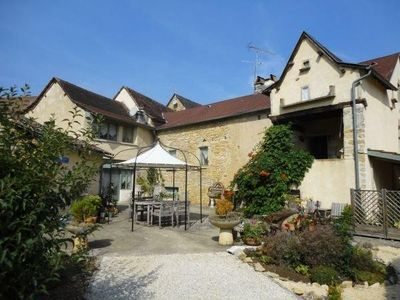Vailhourles farmhouse rental - Sight on the holidayhome with courtyard