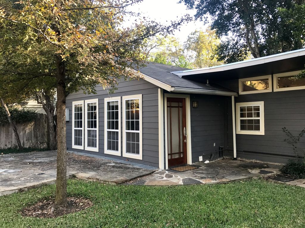 1.5 BR, 1 BA Back House in Tarrytown – 1/2 mile to Lake Austin, 2.5 mi from DT