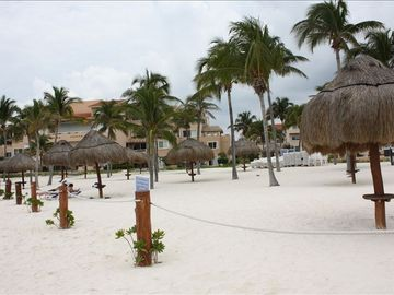 Private palapas, sandy beach, paradise!