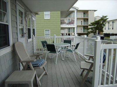 Shared deck with the other cottage.(really a duplex)
