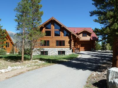 Custom Log Home, Gourmet Kitchen, Hot Tub, Deck, 65 inch HDTV, Wi-Fi
