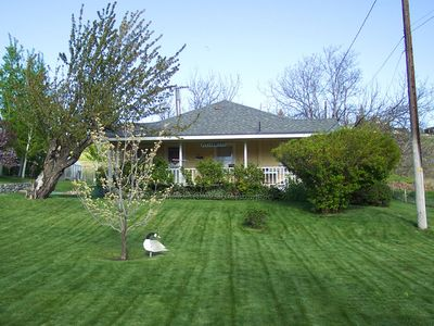 Sunland's Guest Cottage with lush lawns, flowers & a frog crocking pond! Rib-it