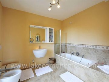 Luxury en-suite bathroom with bath tub