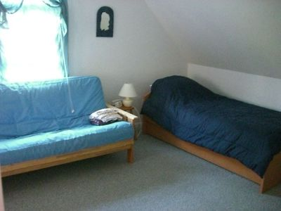 Second beddroom, futon and twin beds