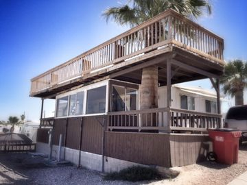 Yuma mobile home rental - Front of home that overlooks Lake Martinez.