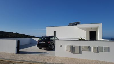 Recent modern villa (sleeps 8) with sea view and private pool, near Nazaré