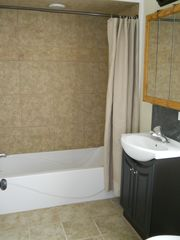 Traverse City cottage photo - Newly remodeled tiled full bath.
