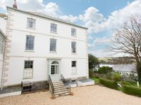 Refurbished 2 Bedroom Apt In Easy Walking Distance To Falmouth Town Centre