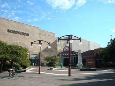 Walking distance to Lloyd Center (largest indoor mall in Oregon)