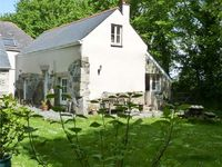 LONGHOUSE, pet friendly, with a garden in St Keverne, Ref 4682