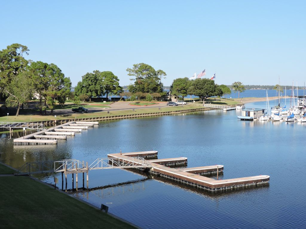 Lodge on lake conroe vrbo for Fishing cabins for rent in texas