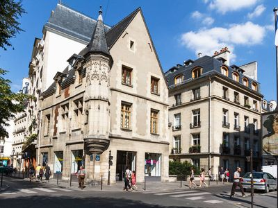 'Le Marais'-Discover old buildings at the corner of the street.