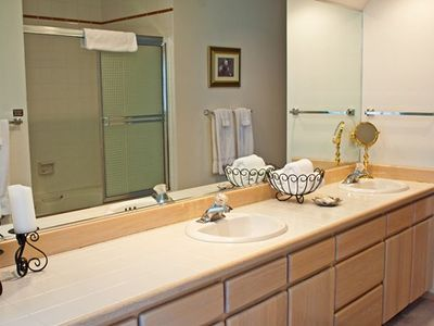 Sunriver townhome rental - Upstairs Bathroom - Master Bath with lots of space!