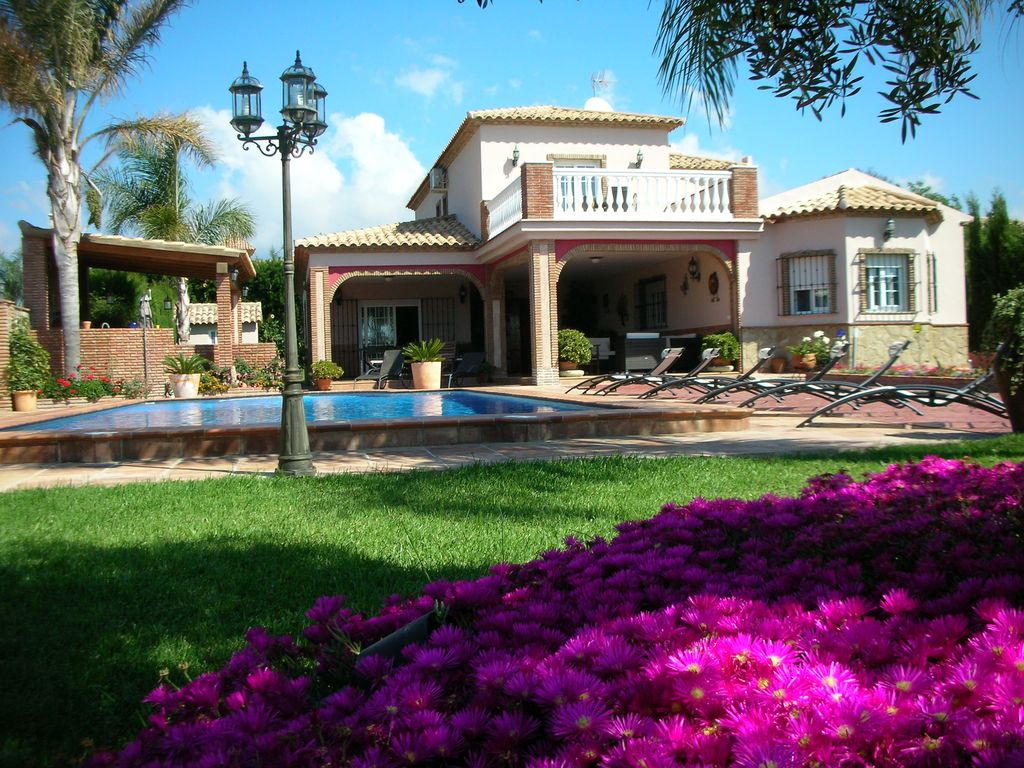 Mijas big house with swimming pool and nice garden for Pool garden house