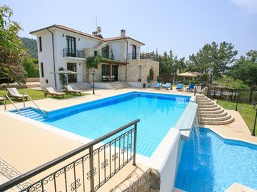 Villa Ariadne: Large Private Pool, Walk to Beach, Sea Views, A/C, WiFi