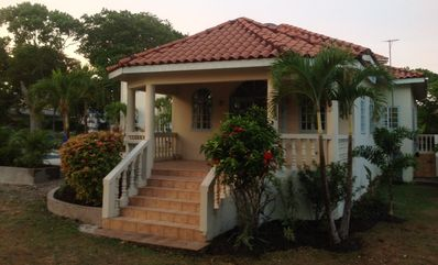 'Sea Rose Villa' - a Private and Quiet Villa in Runaway Bay