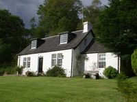 Beautiful cottage on the banks of Loch Lomond Large garden and stream