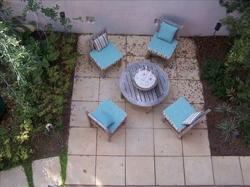 Courtyard table & comfortable seating.