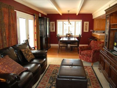 Cozy and Tastefully decorated family room  - leather sofa pulls out to bed for 2