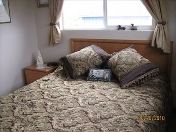 Comfortable Queen bed, room darkening curtains