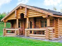 CEDAR LOG CABIN, BRYNALLT COUNTRY PARK in Welsh Frankton, Ref 3623