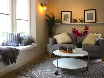 Monterey cottage rental - Contemporary new furnishings with bay window overlooking Cannery Row and Ocean.