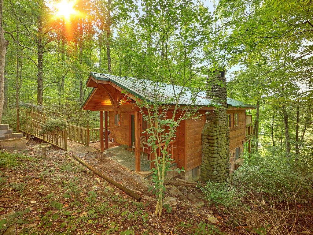 3br gatlinburg cabin w hot tub great vrbo for Cabin in gatlinburg with hot tub