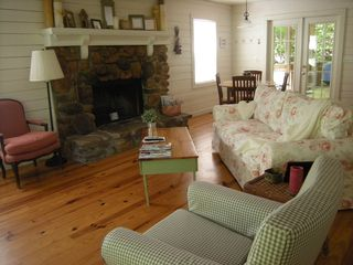 Helen cottage photo - Comfortable..real river rock fire place