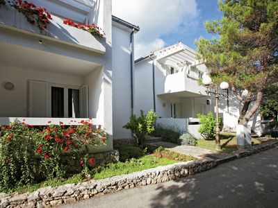 A comfortably furnished apartment in a modern style with air-conditioning. The apartment is in a holiday park with many facilities and directly by the sea.