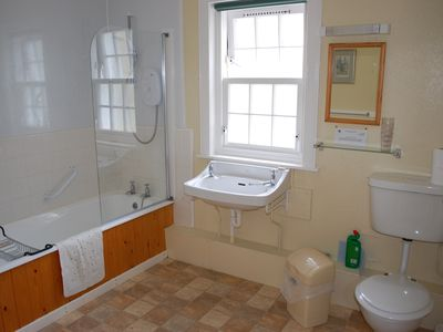 Main bathroom, Strathan House