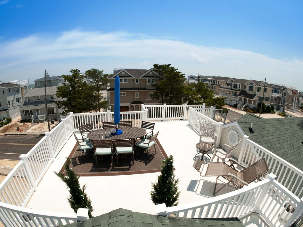 Fishbone lbi 6th house from beach sleeps homeaway for Beach house plans rooftop deck