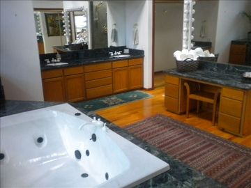 Vanity & double sinks in master bath
