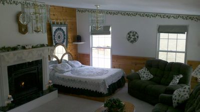 The Ivy Room- Queen sized Bed and LR Overlooking Pine Creek