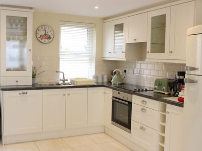 Killarney Centre - 2BR - sleeps 5 - 3 min walk Free Parking/Wi-fi - Full Kitchen