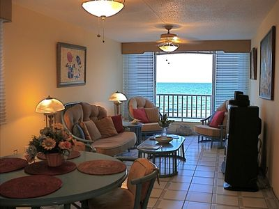 Unique local of ocean/ beach. A corner third floor Apt., breeze & view constant.