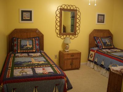 Twin bedroom for guests or the kids. Cable TV.