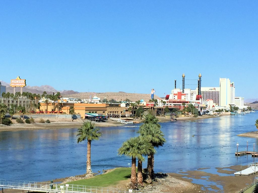 Spacious condo on the river with increadible water and for Laughlin cabins