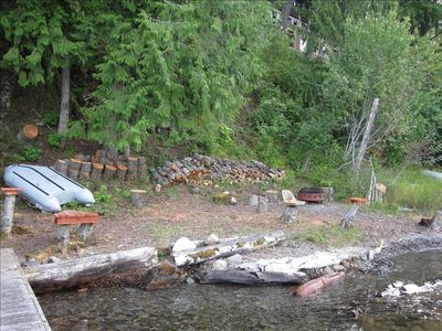 Garfield Bay lodge rental - Shoreline with Nordik dingy and fire pit