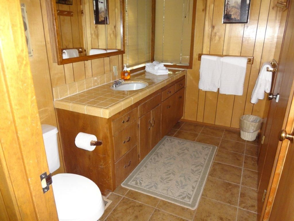 Cabin inside bathroom - Property Image 11 Enjoy A Clean And Cozy Cabin Inside Yosemite National Park